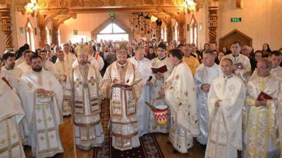 Doi ierarhi greco-catolici au sfințit noua biserică de lemn din parohia Săpânța