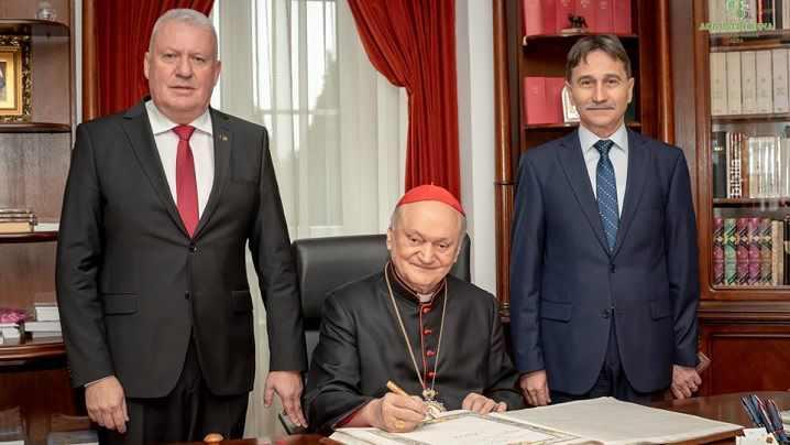 """Preafericitul Părinte Cardinal Lucian semnează în """"Cartea Centenar"""""""