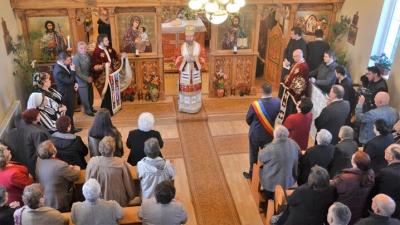 PS Claudiu în mijlocul credincioșilor din Căpâlna de Jos