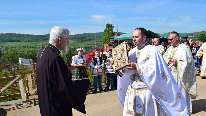 Prima Împărtășanie și binecuvântarea pietrei de la fundamentul noii biserici din parohia Cordoș Baciu