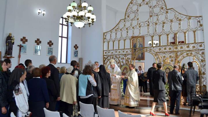 """Sfințirea bisericii """"Sfinţii Petru și Pavel"""" din Beclean"""
