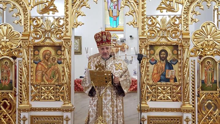 Bust al Fericitului Card. Hossu așezat în fața bisericii din Florești