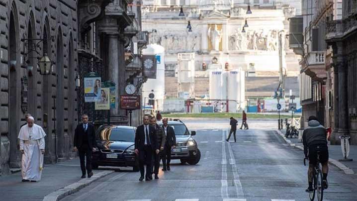 """Papa Francisc, """"pelerin"""" în rugăciune pe străzile Romei pentru încetarea pandemiei"""