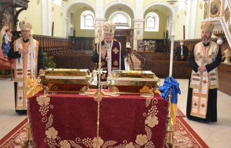 Așezarea osemintelor Mitropolitului Atanasie Anghel și ale Episcopului Ioan Inochentie Micu Klein în altarul Catedralei Sfânta Treime din Blaj