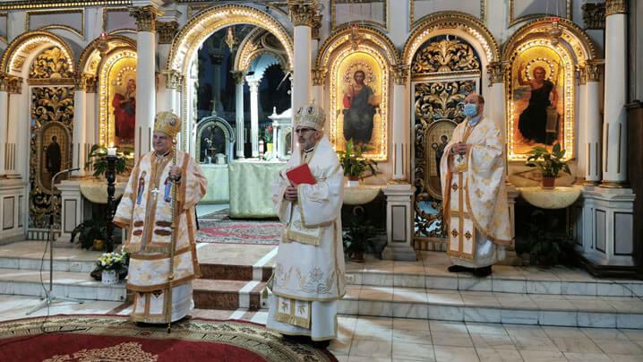 Preasfințitul Alexandru felicitat cu ocazia aniversării zilei de naștere de credincioșii și corul Catedralei din Lugoj