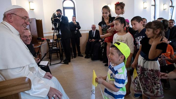 """Blajul merge """"Pe urmele Papei Francisc"""" Prima Sfântă Împărtășanie Solemnă în comunitatea de romi din cartierul Barbu Lăutaru"""